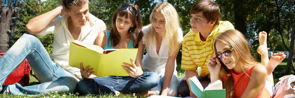 Gruppe læser udenfor