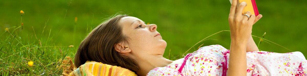 Kvinde læser udenfor