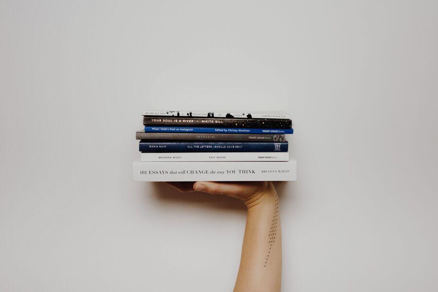 En hånd med bøger