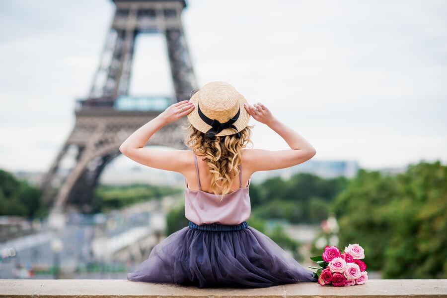Kvinde med hat ved Eiffeltårnet