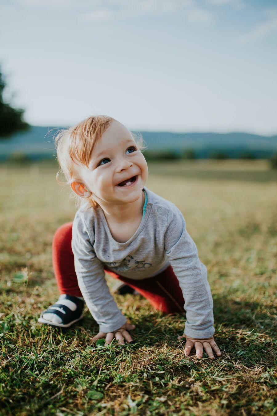 baby på græs