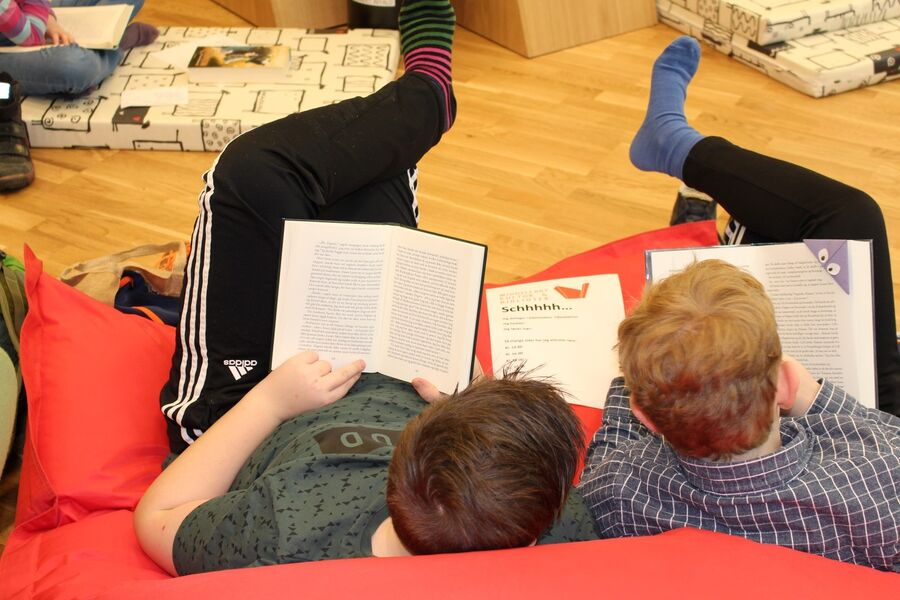 To børn der sidder og læser