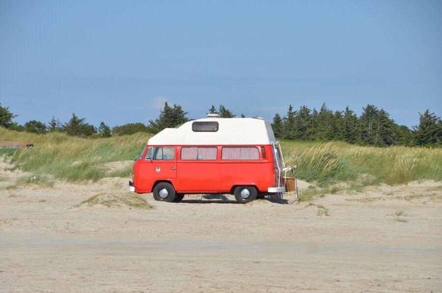 Bil på stranden