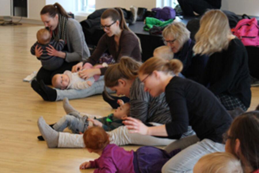 Børn og voksne til babyrytmik