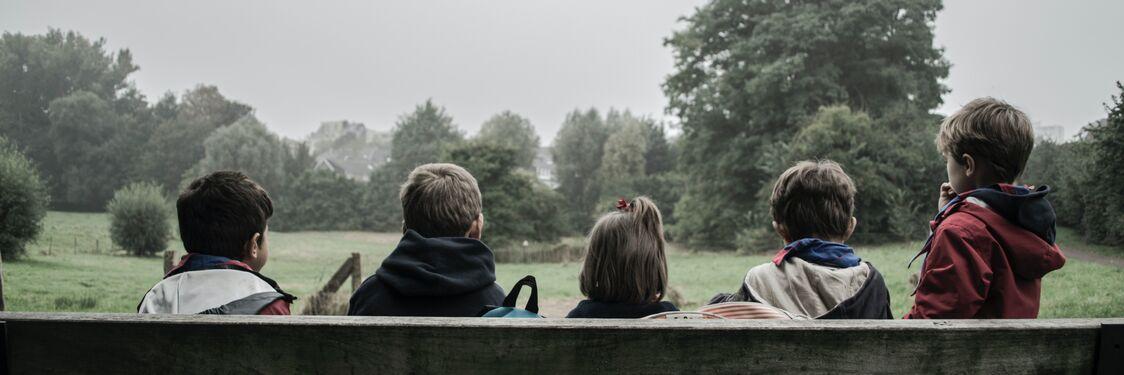 Børn på en bænk